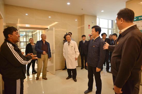 建成后的市第三人民医院共有医护人员43人,暂开设综合床位100张。