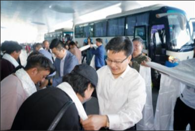 图为有关领导赴火车站迎接那曲籍赴杭就业高校毕业生