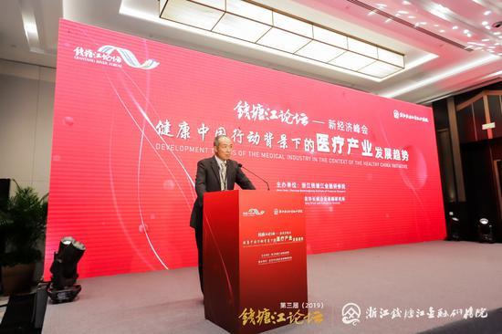 图为钱塘江论坛联席主席、檏盛资本董事长王铁飞主持峰会。供图