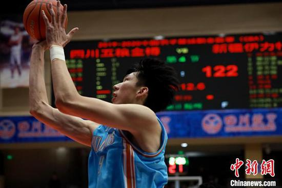 周琦时隔两年重返CBA的首场比赛轰下27分12篮板的成绩单。吕杨 摄