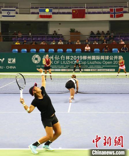 中国选手蒋欣玗发球。 朱柳融 摄