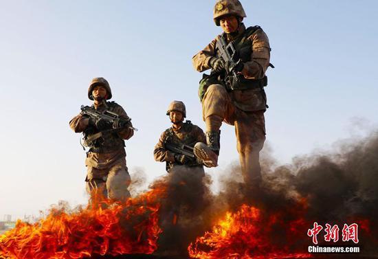 新疆某训练基地新兵连战场战术基础动作训练场面火爆