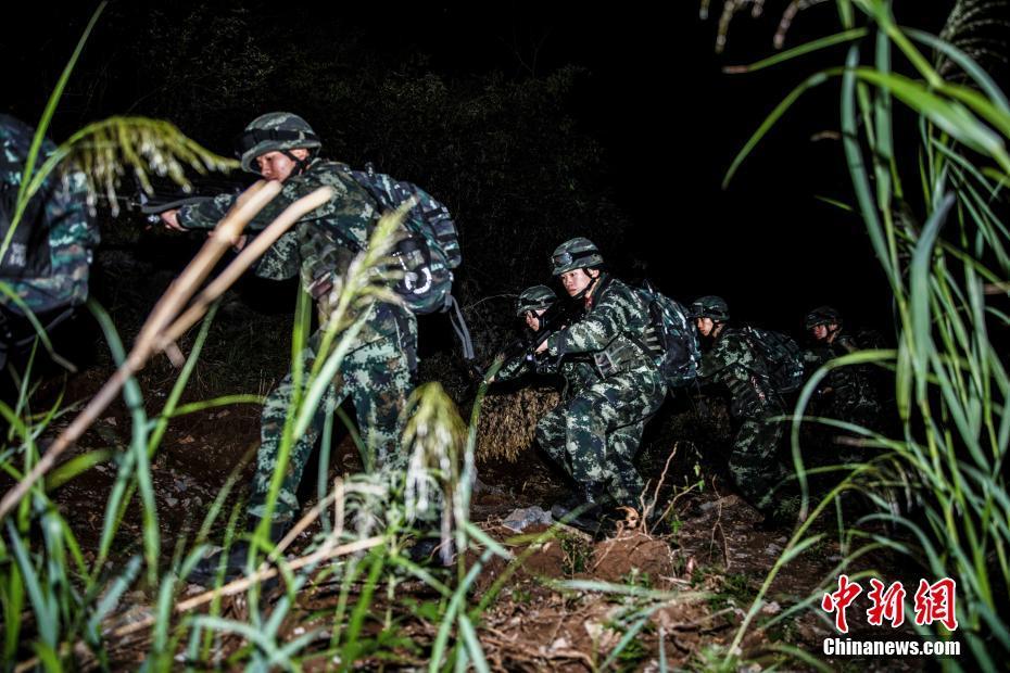 广西桂林武警官兵展开夜间搜捕演练