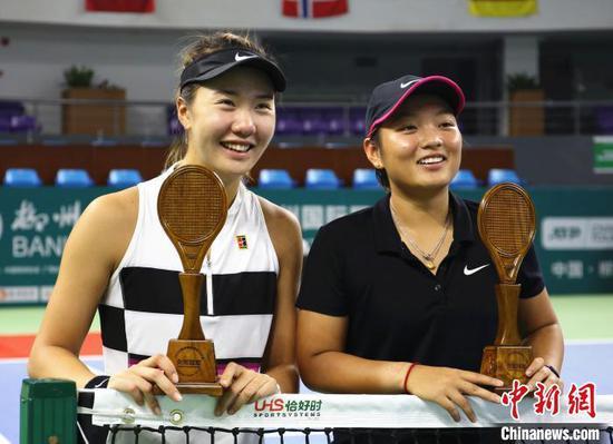 蒋欣玗(右)/汤千慧(左)问鼎柳州银行杯2019柳州国际网球公开赛女双冠军。 朱柳融 摄