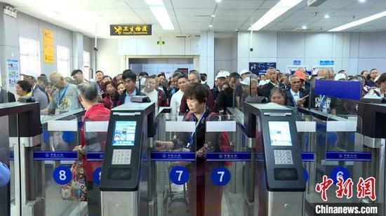 旅客排隊過境。 何方明 攝