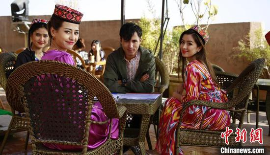 《喀什古丽》以轻喜剧的形式为观众呈现出喀什民俗风情、城市风貌和淳朴民风。