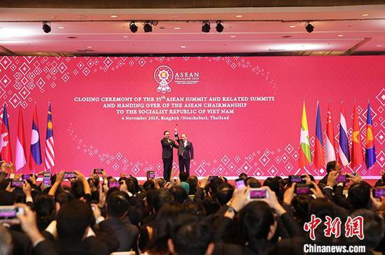 11月4日,泰国总理巴育正式把象征东盟轮值主席国身份的木槌移交给下任轮值主席国越南总理阮春福。当晚,为期3天的第35届东盟峰会及东亚合作领导人系列会议在曼谷闭幕。中新社记者 王国安 摄