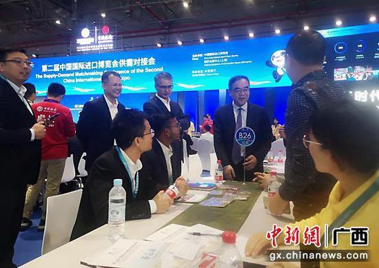 图为第二届进博会供需对接会桂企签约现场。