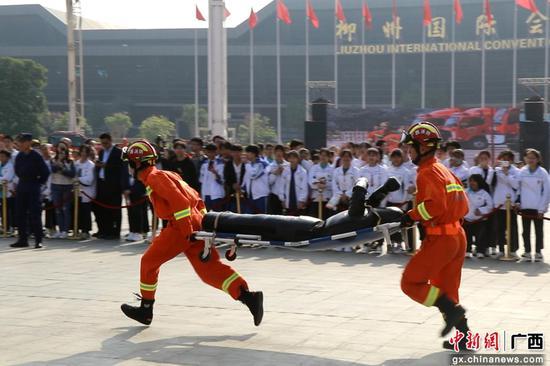 消防员正在模拟救援。罗鹏 摄