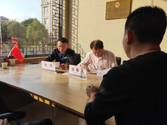 村官义警在派出所协助化解纠纷 卢晓萍 摄
