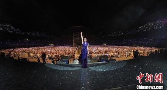 图为杨千嬅与歌迷在演唱会现场合影。 钟欣 摄