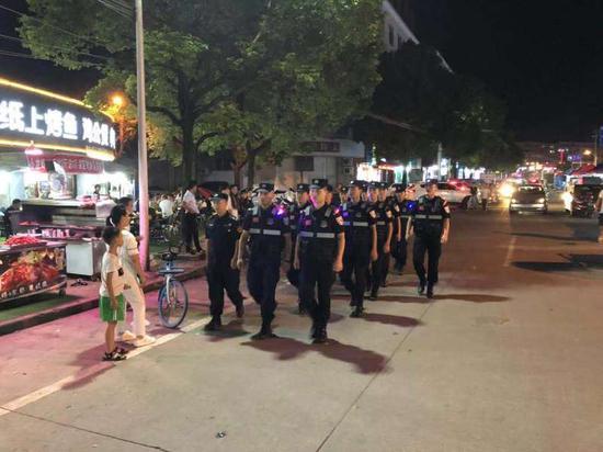 巡特警配合在夜市巡逻   卢晓萍 摄