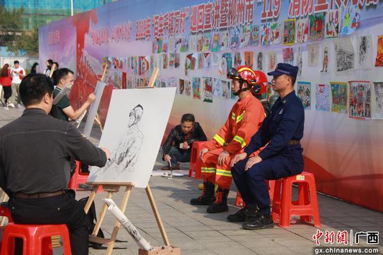 画手给消防员作画。罗鹏 摄