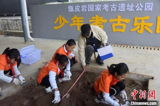 考古学家王仁湘现场指导青少年学生模拟考古实践。 孙自法 摄