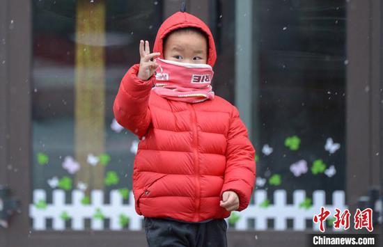 小朋友在雪中玩耍。聶信華 攝