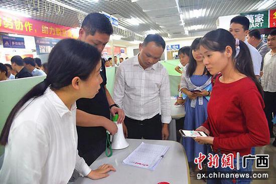 图为巴马驻深圳联络服务站工作人员为巴马籍务工人员提供咨询服务。