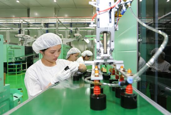 工人正在制造化妆品。 施紫楠 摄