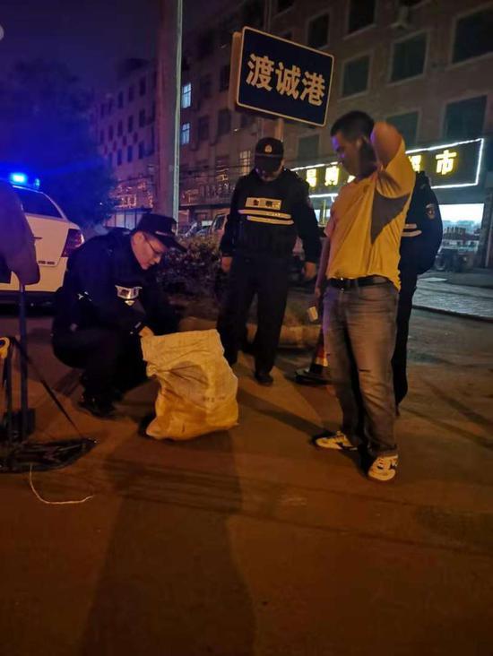 民警夜巡途中盘查可疑人员。 东阳公安提供