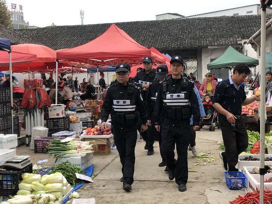 民警带队在冯家楼村集市巡逻。 东阳公安提供