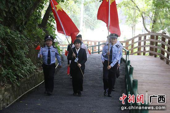 图为警企党员步行前往友谊关。潘小甜 摄