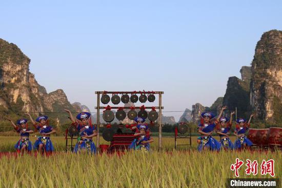 壯鄉姑娘為游客帶來壯族歌舞表演。 陳秋霞 攝