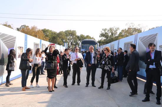国外行业代表参观中国美妆小镇 何伟卫供图