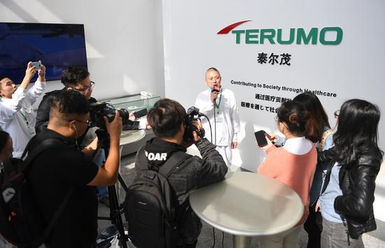图为:媒体记者集中采访泰尔茂医疗产品(杭州)有限公司相关负责人。 王刚 摄