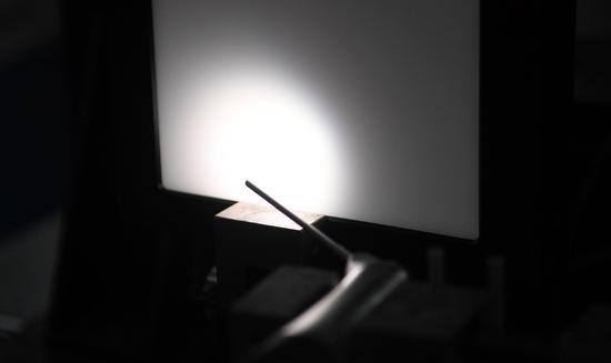 图为:浙江省医疗器械检验院的医疗设备光学检验现场。 王刚 摄