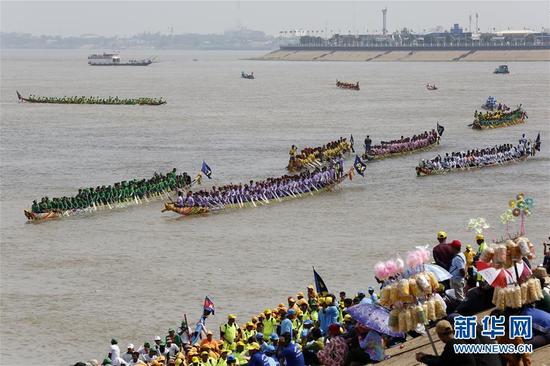11月10日,在柬埔寨首都金边,人们在河边观看龙舟比赛。 送水节是柬埔寨最重要的传统节日之一,今年的送水节庆祝活动于11月10日至12日举行。 新华社发(索万纳拉 摄)
