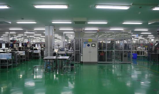 图为:泰尔茂医疗产品(杭州)有限公司洁净的生产车间。 王刚 摄