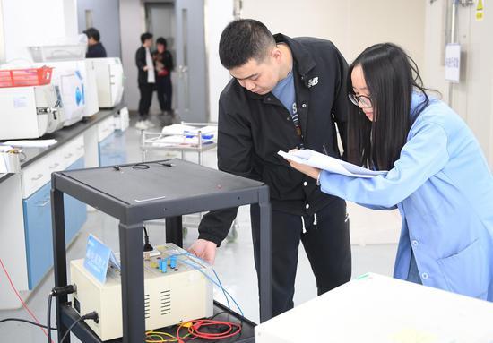 图为:浙江省医疗器械检验院工作人员在对产品进行检测。 王刚 摄