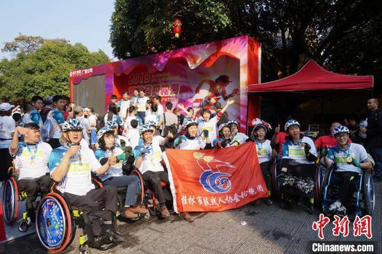 11月10日,肢殘馬拉松選手賽后合影。 歐惠蘭 攝