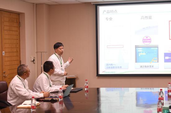 图为:泰尔茂医疗产品(杭州)有限公司相关负责人在介绍其产品。 王刚 摄
