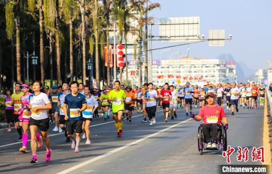 11月10日,馬拉松參賽選手通過桂林解放橋。 楊宗盛 攝
