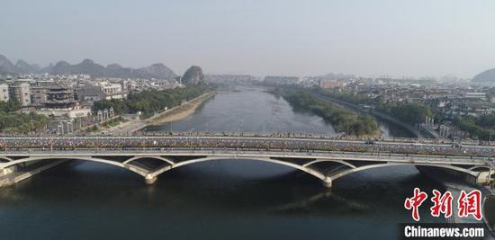 11月10日,馬拉松參賽選手通過桂林解放橋。(組委會供圖) 鐘欣 攝