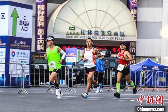 11月10日,馬拉松參賽選手途經桂林市中心區域。 楊宗盛 攝
