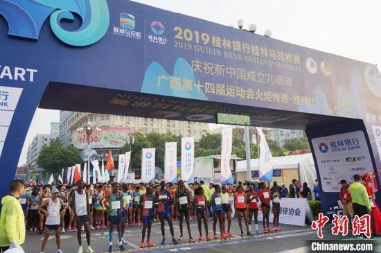 11月10日,2019桂林馬拉松賽在桂林市中心廣場鳴槍開跑。 歐惠蘭 攝
