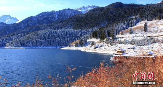 雪后新疆天山天池景區景色迷人引游人