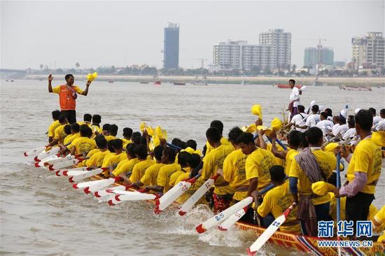 11月10日,在柬埔寨首都金邊,人們在河邊觀看龍舟比賽。 送水節是柬埔寨最重要的傳統節日之一,今年的送水節慶祝活動于11月10日至12日舉行。 新華社發(索萬納拉 攝)