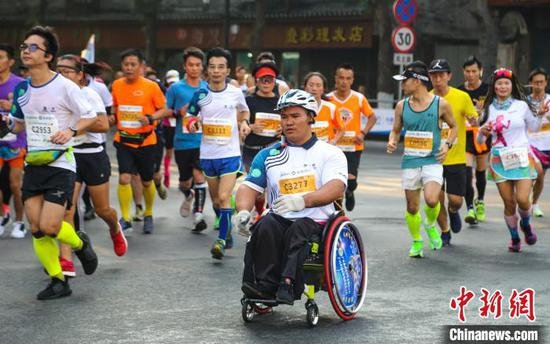 11月10日,馬拉松參賽選手在比賽中。 楊宗盛 攝
