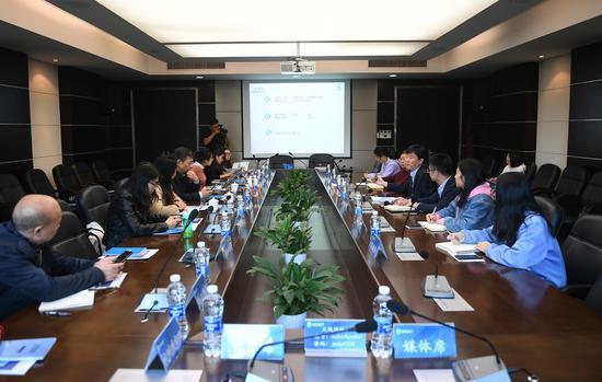 图为:众多媒体记者在浙江省医疗器械检验院参加座谈会。 王刚 摄