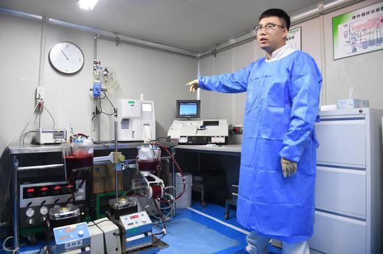 图为:泰尔茂医疗产品(杭州)有限公司工作人员在介绍其公司生产的产品。 王刚 摄