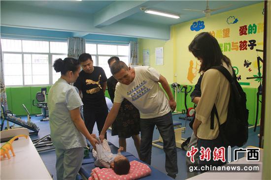 探访团成员在百色儿童福利院了解在院孤儿的情况。