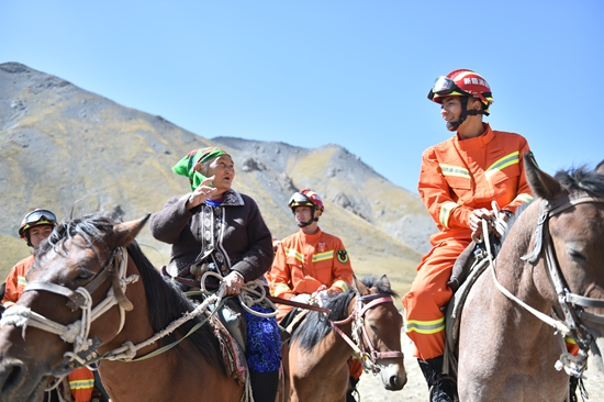 布茹玛汗•毛勒朵与消防指战员结伴9年 传递正能量