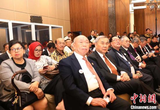 圖為印尼-中國經濟、社會與文化合作協會副總主席麥培滿(前左一)、總秘書長謝瀚賢(前左二)參加會議。 林永傳 攝