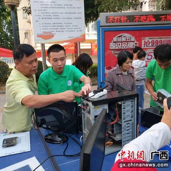 志愿者們為居民維修電腦  龔章佳 攝