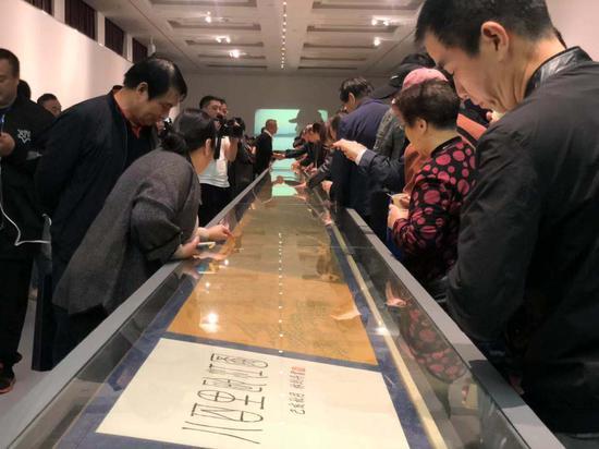 民众欣赏《八百里瓯江图》钢笔画长卷。潘沁文 摄