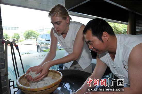 """德國徒弟""""Gerrit""""兩赴桂林學做傳統米粉。 唐艷蘭 攝"""
