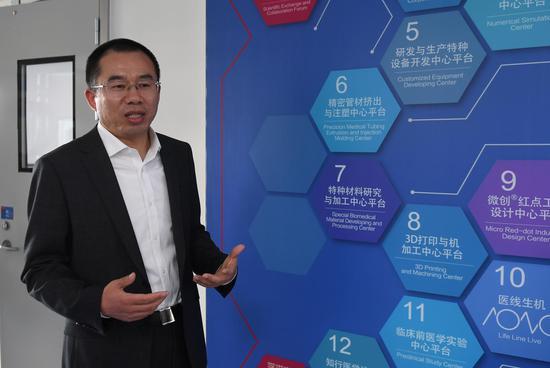 图为:嘉兴微创园负责人阙亦云在介绍企业平台。  王刚 摄