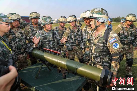 图为中泰两国官兵进行交流。 黄远利 摄